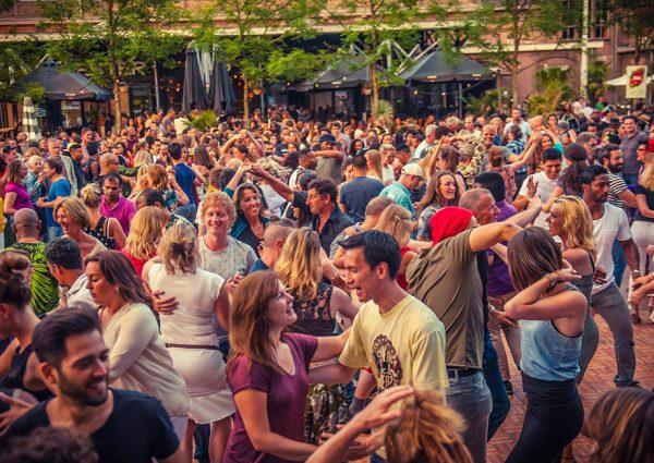 Feest in het Vondelpark tijdens het Summer Breeze Latin Festival